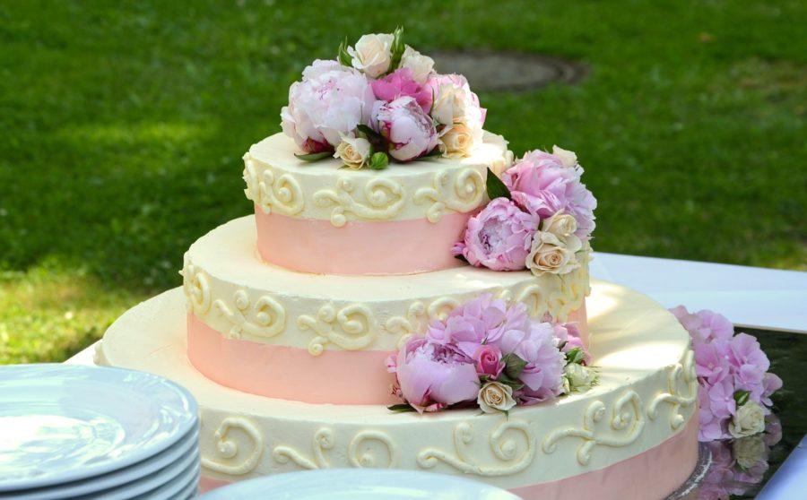 Decorar con telas, globos, flores, luces y tortas