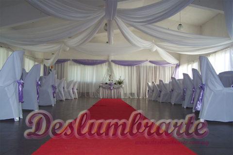 Decoración de un casamiento con telas en color blanco y violeta agua